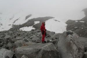 путь на вершину ледника идет через каменную гряду