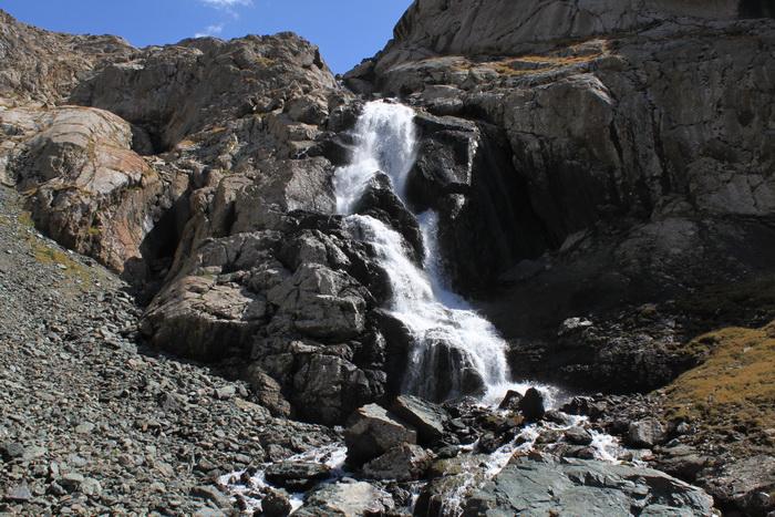 водопад на подходе к озеру АлаКоль