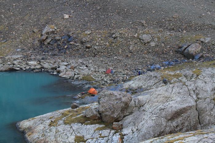 туристы разбивают палатки у берега озера АлаКоль