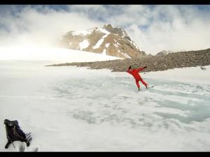 через озеро на сноуборде