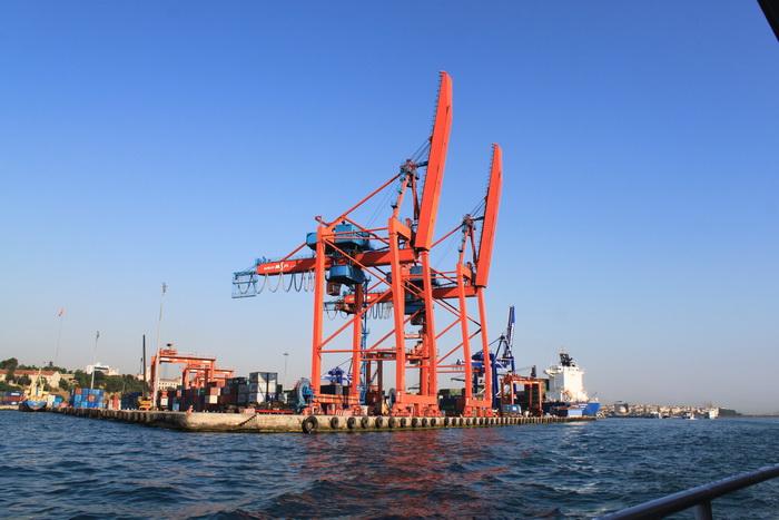 Краны одного из портов Стамбула