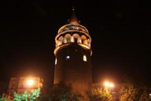 башня Галата в огнях ночной подсветки