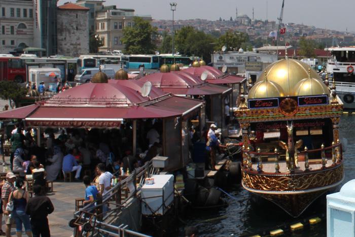 Рыбаки прямо у моста продают балык-экмек.