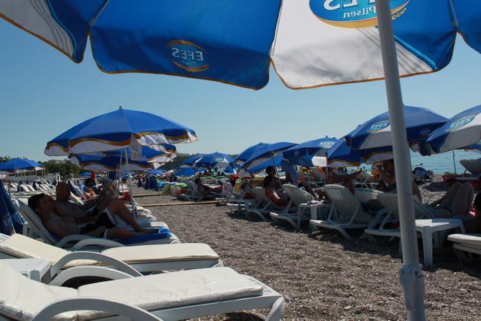 Мир шезлонгов на пляже Коньялты.