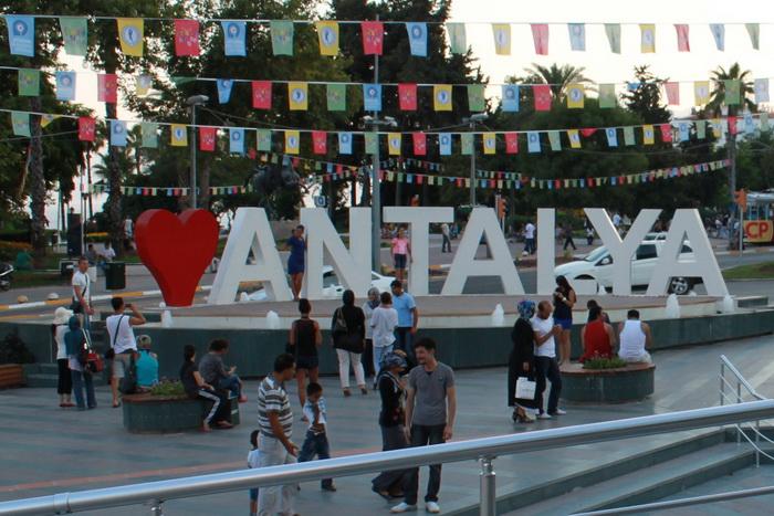 Монумент с надписью Анталья.