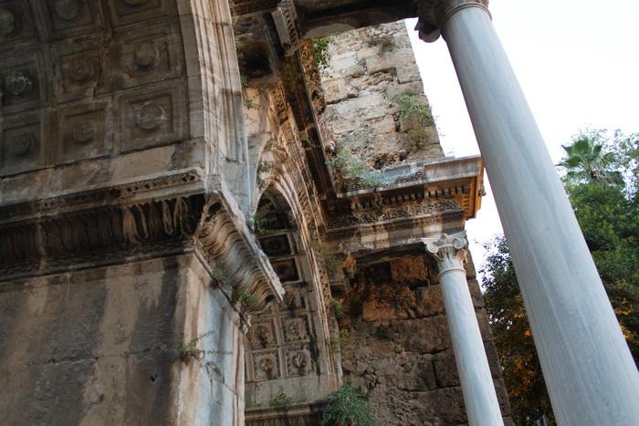Есть и такие места с колоннами в Калеичи.