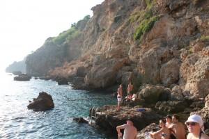 Средиземное море. Пляж на скалах.