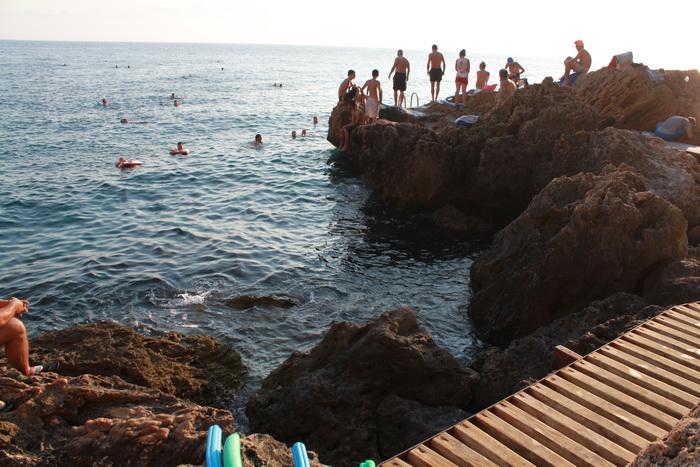 скалистый турецкий пляж