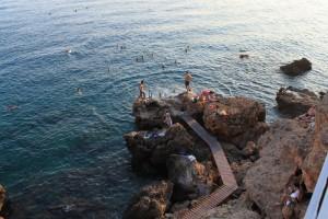 скалистый пляж Антальи