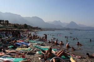 толпы отдыхающих на пляжах Кемера.