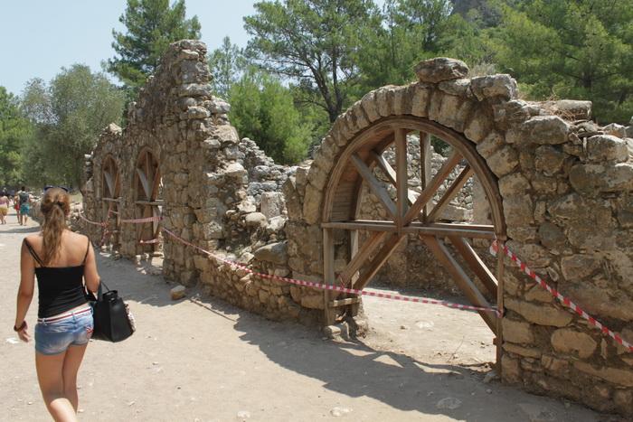Античные строения города Олимпос.