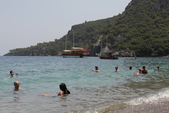 Пляж Олимпоса. Вдалеке виднеется тот самый грот.