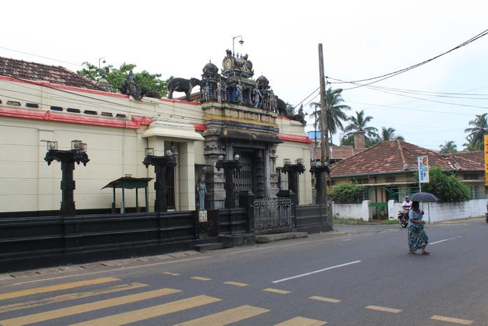 Улицы Негомбо. Индуистский храм.
