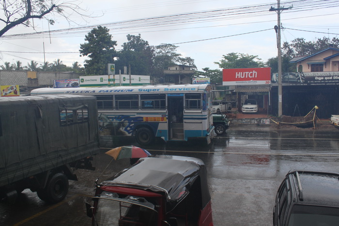 Анурадхапура. Ливень. Белый междугородний автобус.