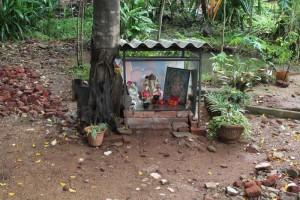 Анурадхапура. Алтарь во дворе нашего геста.