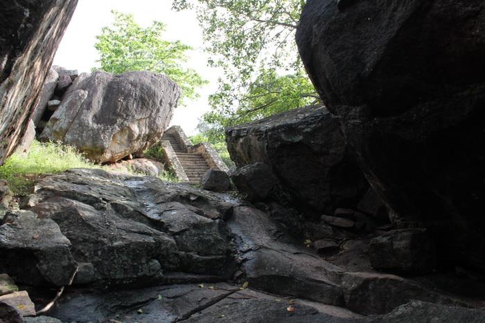 Анурадхапура. Пещеры Вессагирии.