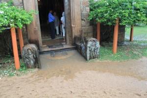 Анурадхапура. Храм Инсурмуния. Дождь.