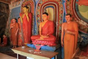 Анурадхапура. Храм Инсурмуния. Статуи Будды.