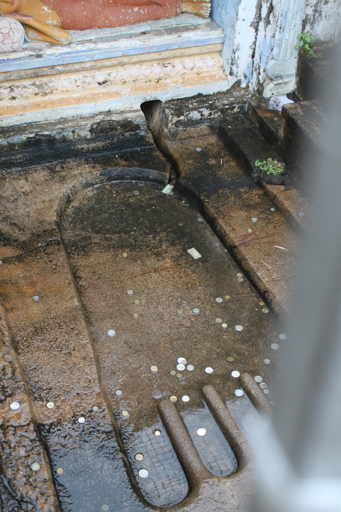 Анурадхапура. Храм Инсурмуния. Отпечаток стопы Будды.