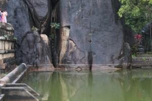 Анурадхапура. Храм Инсурмуния. Бассейн со слонами.