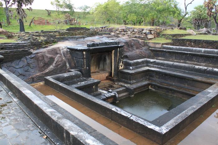 Анурадхапура. Ранмасу-уяна. Королевские ванны.