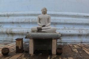 Анурадхапура. Ступа Мирисаветия. Будда.
