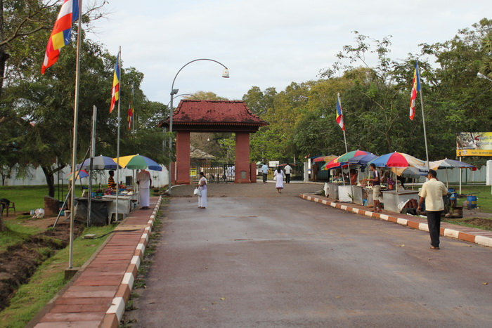 Анурадхапура. Перед входом в Шри Маха Бодхи.