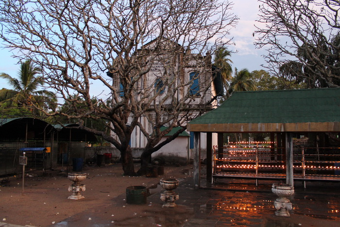 Анурадхапура. Алтарь позади Шри Маха Бодхи.