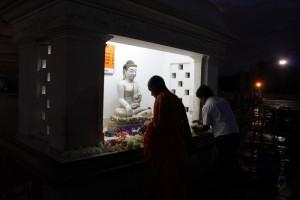 Анурадхапура. Дагоба Руанвели. Вечерняя молитва.