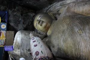 Дамбулла. Пещерный храм. Лежащий Будда.