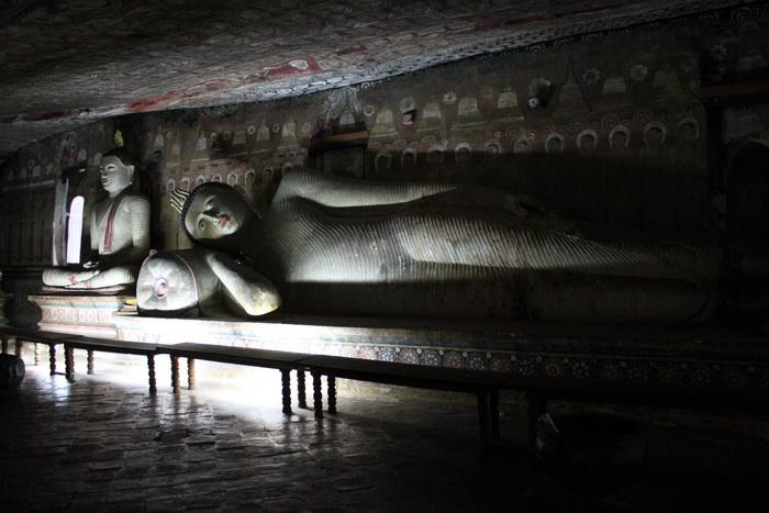 Дамбулла. Пещерный храм. Другой лежащий Будда.