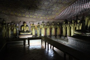 Дамбулла. Пещерный храм. Золотые статуи Будды.