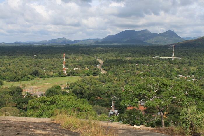 Вид на Дамбуллу с вершины холма.