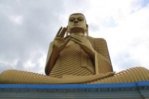 Дамбулла. Статуя золотого Будды.