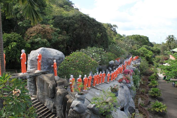 Дамбулла. Монахи несут подношение Будде.