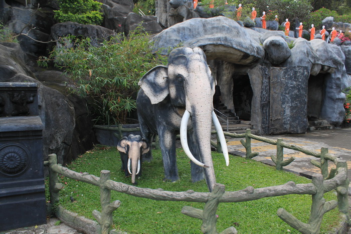 Дамбулла. Охранные слоны золотого храма.
