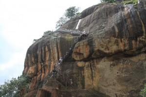 Шри-Ланка. Сигирия. Металлические лестницы к вершине.
