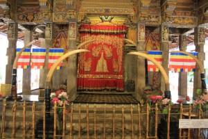 Канди. Зуб Будды охраняемый бивнями слонов.