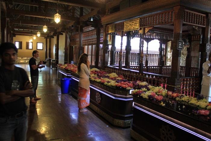 Канди. Алтарь в храме зуба Будды.
