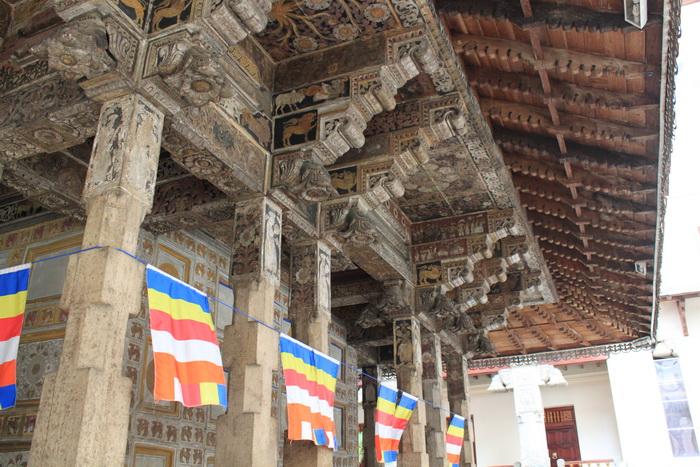 Канди. Храм зуба Будды. Резьба.