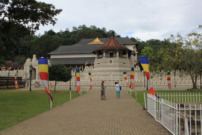 Канди. Храм зуба Будды и его золотая крыша.