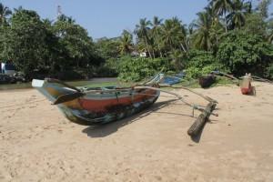 Тангалле. Обычная Шри-Ланкийская рыбацкая лодка.