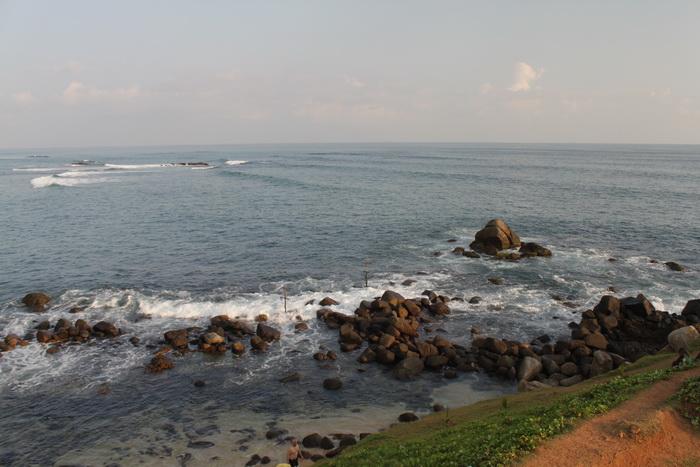 Мирисса. Камни слева от островка. Снорклить тут.