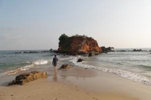 Мирисса. Островок слева от пляжа.