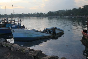 Мирисса. Затонувшее судно в порту.