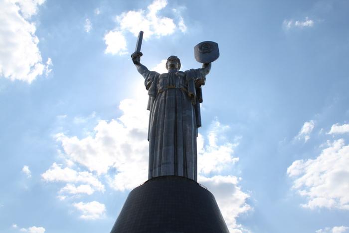 Киев. Величественный монумент Родина-мать.
