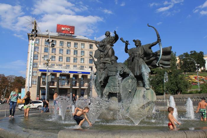 Киев. Майдан. Фонтан былинных героев.