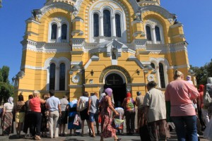 Киев. Батюшка совершает обход вокруг церкви.