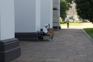 Киев. Музыкант на задворках Софийского заповедника.