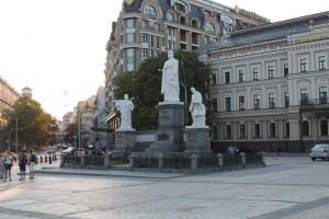 Киев. Памятник Княгине Ольге у Михайловского монастыря.